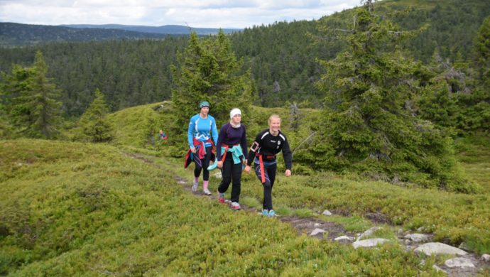 Jentene på fjelltur mot Melsjøhøgda.