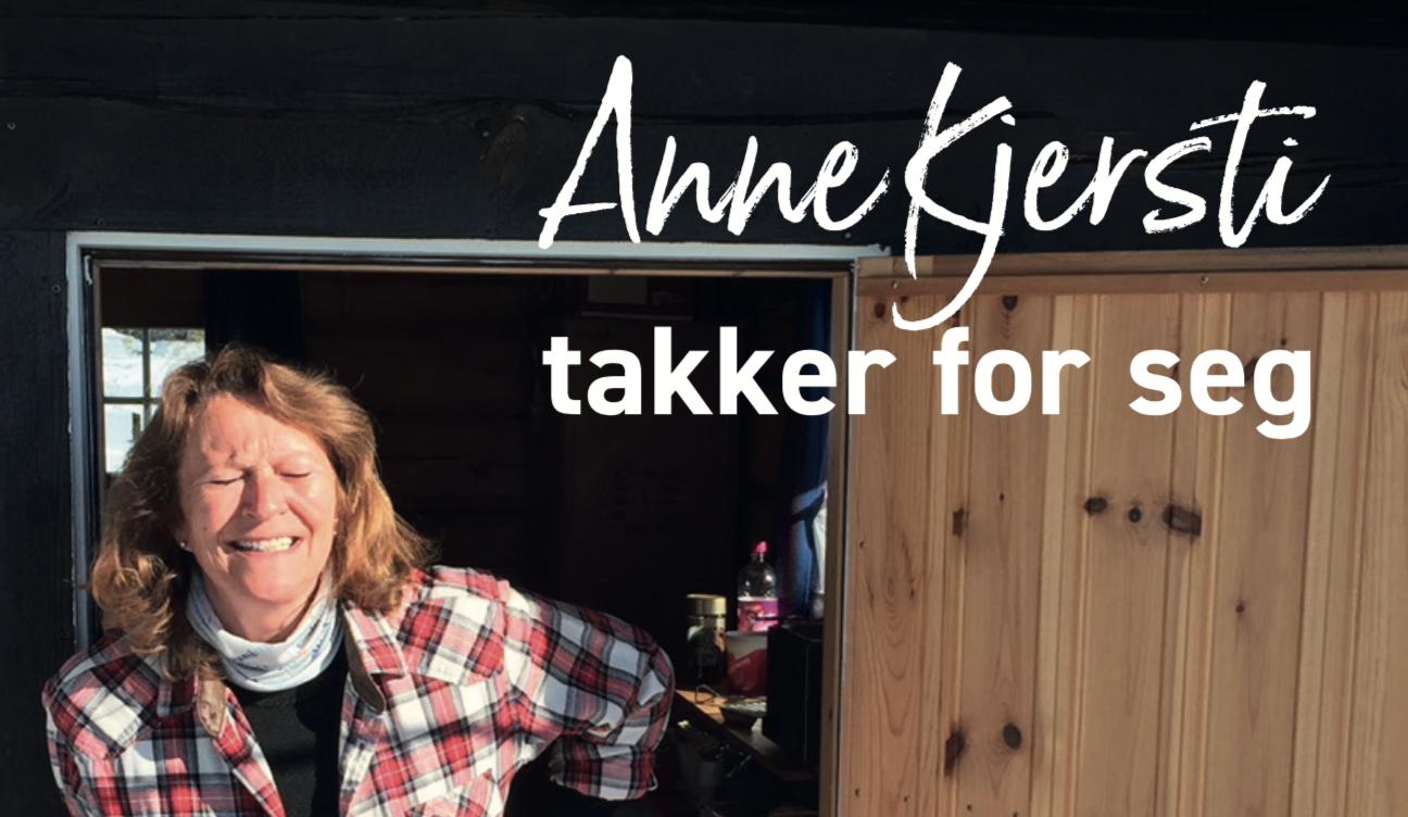 Anne Kjersti i døra og takker for seg i velkoia som eies av EAK Vel.